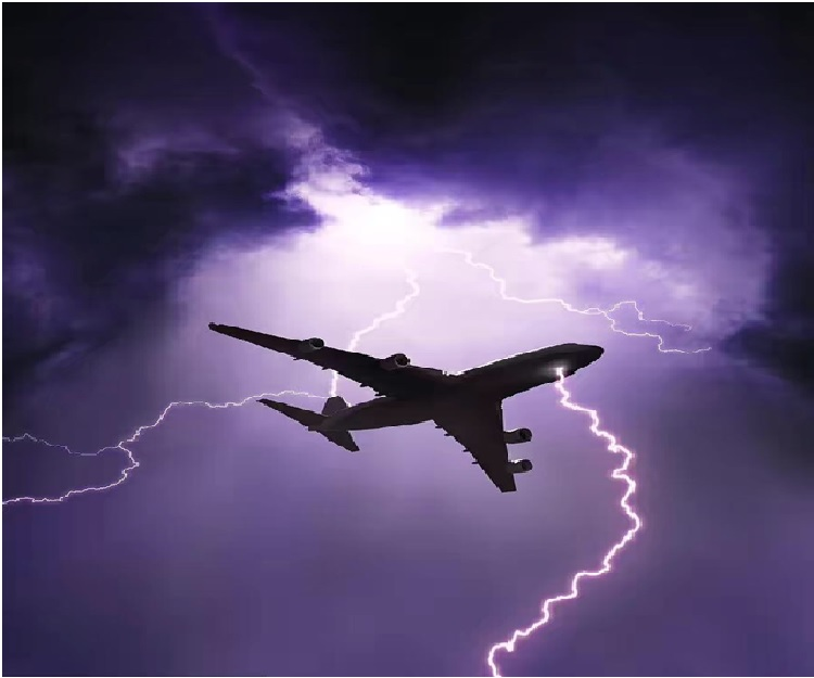 泰国飞机 降落南京 遭遇雷击 引擎受损